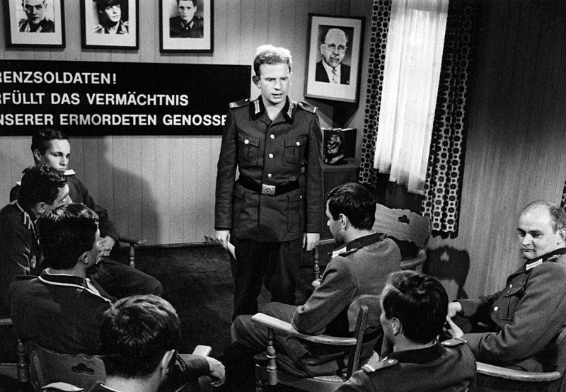 """""""Kritik und Selbstkritik"""" im Clubraum der ostzonalen Grenztruppe (stehend: Lutz Mackensy). – Bild: NDR"""