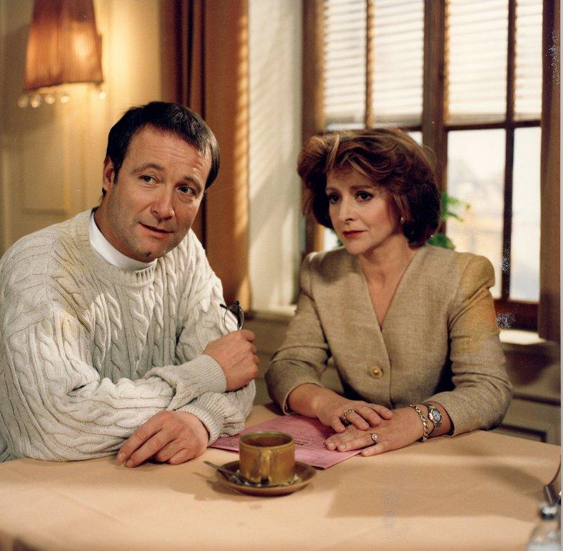 Richter Heinz Wunder (Erich Hallhuber jun.) und Susanne Klarwein (Ulli Philipp). – Bild: Bayerisches Fernsehen