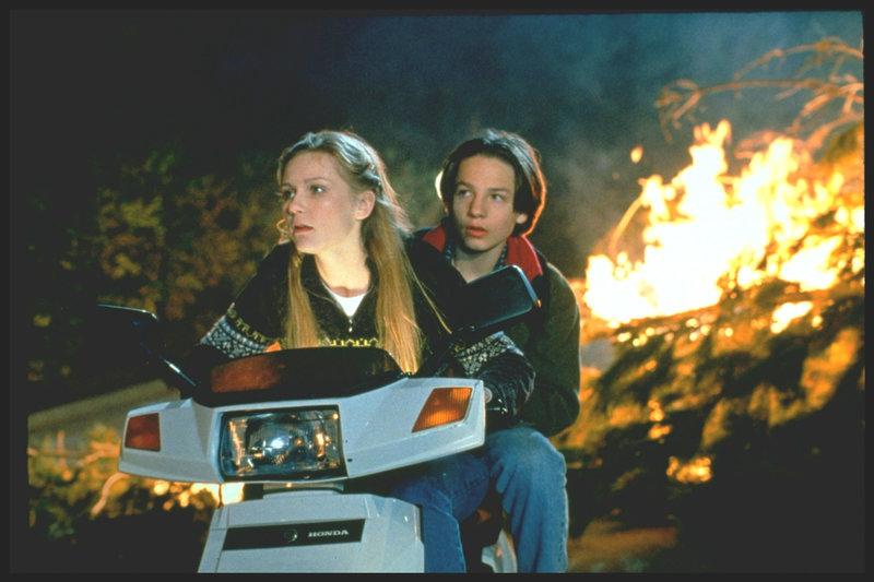 Flüchten vor der bösartigen Commado Elite: Alan (Gregory Smith, r.) und Christy (Kirsten Dunst, l.) ... – Bild: TV Puls