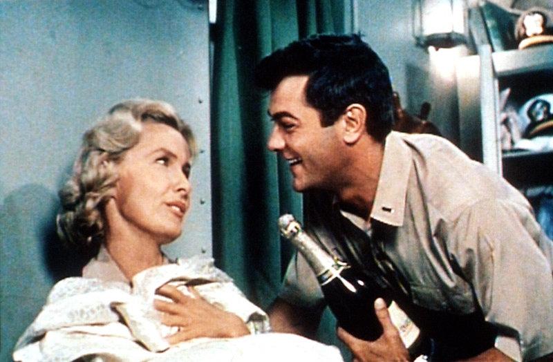 Der Krieg kann Playboy Evans (Tony Curtis) nicht vom Flirten mit der hübschen Krankenschwester Barbara (Dina Merrill) abhalten. – Bild: DMB