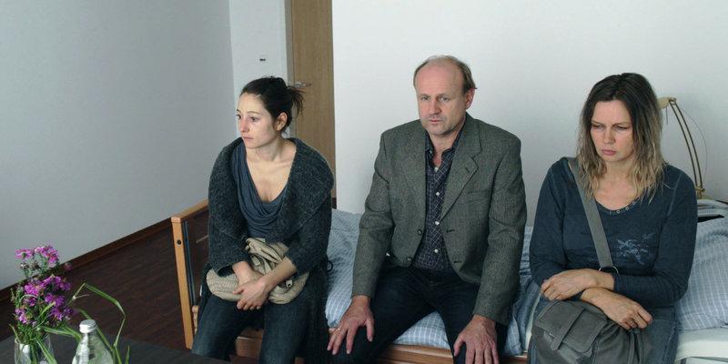 Annett Gräber (Veronica Ferres, r.) und Monika Winter (Janina Elkin, l.) bringen Ronald Gräber (Oliver Stokowski, M.) ins Pflegeheim. – Bild: ZDF und Construction Film