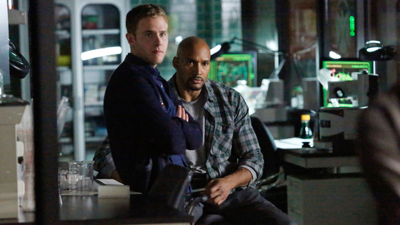 Agent Fitz (Iain de Caestecker, li.) und Mac (Henry Simmons, re.) – Bild: RTL II
