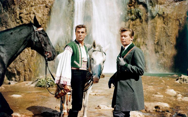 """""""Die Försterchristel"""", Auf Schloss Paalen erwartet man den Besuch des jungen Kaisers Franz Joseph. Ein Radbruch seiner Kutsche verzögert die Anreise. So trifft die Försterchristel im Wald zufällig auf Seine Majestät. Ohne zu ahnen, welch hohe Persönlichkeit sie vor sich hat, nimmt sie den vermeintlichen Wilderer für einen Tag in Haft.Im Bild (v.li.): Sieghardt Rupp (Schlossverwalter), Peter Weck (Kaiser Franz Joseph). SENDUNG: ORF3 - SA - 16.06.2018 - 13:50 UHR. - Veroeffentlichung fuer Pressezwecke honorarfrei ausschliesslich im Zusammenhang mit oben genannter Sendung oder Veranstaltung des ORF bei Urhebernennung. – Bild: ORF"""