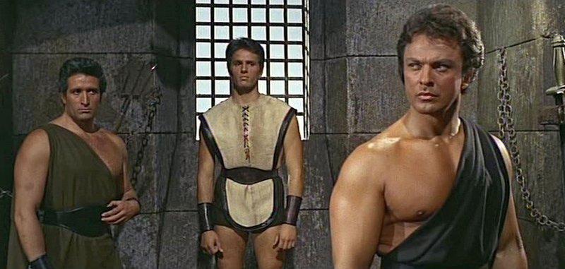 Alceos (Mimmo Palmara, l.), Xandros (Giuliano Gemma, Mitte) und Marcellus (Mark Forest, r.) kämpfen gegen den König von Cafaus. – Bild: MDR/COLOSSEO FILM