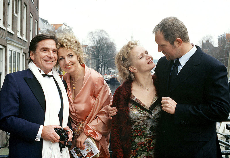 Seit 14 Jahren feiern Lukas (Harald Krassnitzer, re.) und Susanne (Renee Soutendijk, 2. v. re.) ihren Hochzeitstag gemeinsam mit Johnna (Michaela May, 2. v. li.) und Markus (Elmar Wepper). – Bild: NDR/Degeto