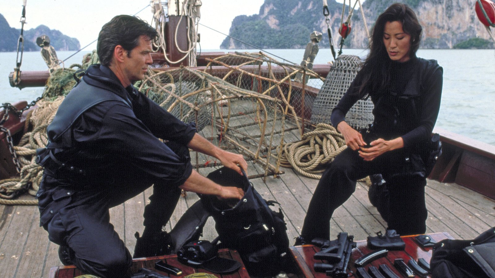 007 (Pierce Brosnan) und Wai Lin (Michelle Yeoh)007 (Pierce Brosnan) und Wai Lin (Michelle Yeoh) – Bild: 1997 Danjaq, LLC and Eighteen Leasing Corporation. All Rights Reserved.