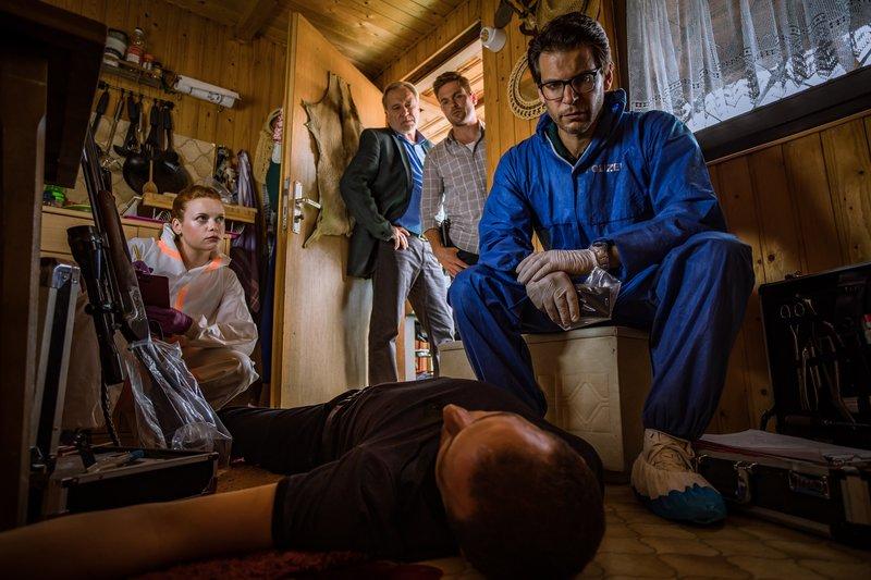 Die SOKOs am Tatort: Dr. Weissenböck (Florian Odendahl, r.), Dominik Morgenstern (Joscha Kiefer, 2.v.r.), Arthur Bauer (Gerd Silberbauer, 2.v.l.) und Billie Curio (Sina Reiß, l.). – Bild: ZDF