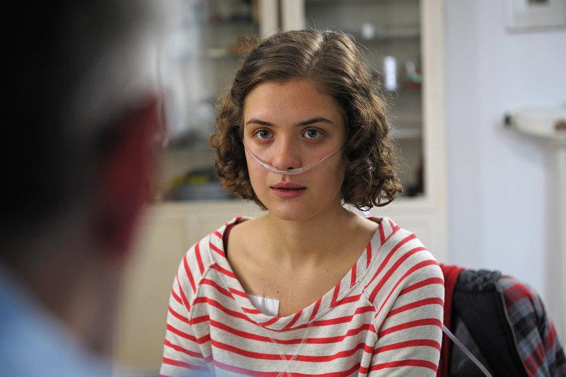Liv Lisa Fries spielt Lea, die an fortgeschrittener Mukoviszidose leidet und über den Zeitpunkt ihres Todes selbst bestimmen möchte. – Bild: SWR / © SWR/Peter Heilrath Filmproduktion/Jacqueline Krause-Burberg