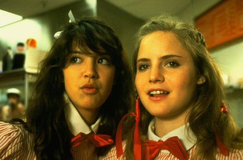 Stacy (Jennifer Jason Leigh, l.) und Linda (Phoebe Cates, r.) arbeiten in einem Einkaufszentrum, doch ihr Interesse gilt vorwiegend der männlichen Kundschaft ... – Bild: Universal Pictures Lizenzbild frei