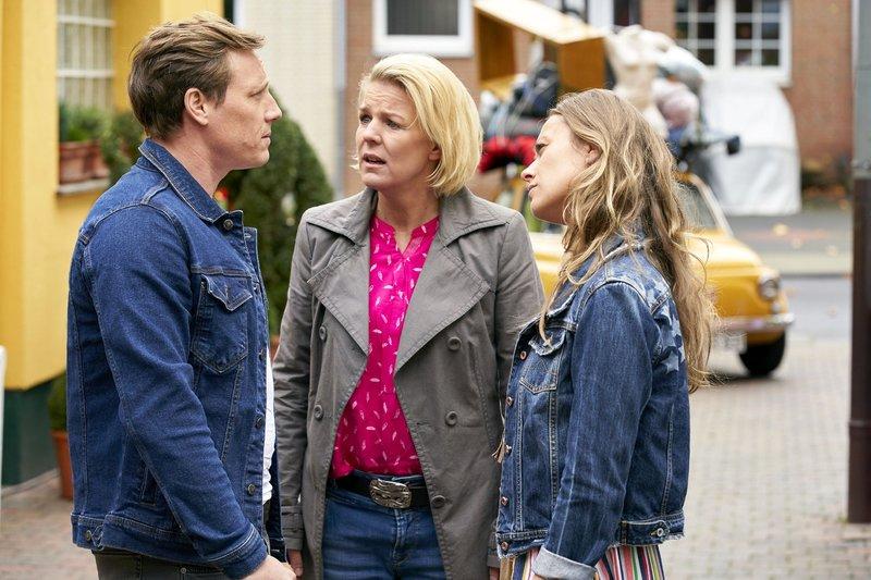 Daniel (Patrick Kalupa) befreit Eva (Mirja Boes, M.) und Toni (Sina Tkotsch) heldenhaft aus Kurts Garage. – Bild: RTL