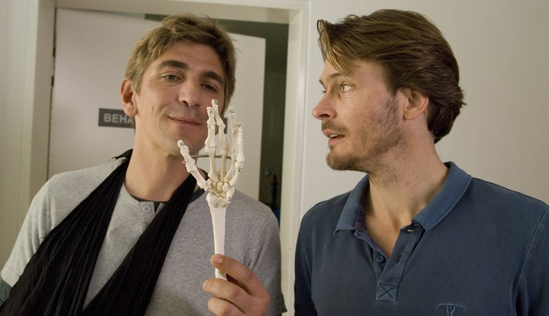 Im Wartezimmer begegnen sich Fritz Fuchs (Guido Hammesfahr) und ein Fußballprofi (Andreas Pietschmann). Und was war das noch gleich in Fritz' Hand? – Bild: ZDF/Antje Dittmann