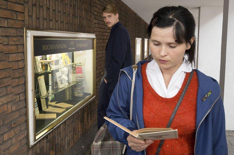 In der Buchhandlung von Julius Buche lernt Hilla (Anna Fischer) den Fabrikantensohn Godehard van Keuken (Daniel Strässer) kennen. – Bild: WDR/Thomas Kost