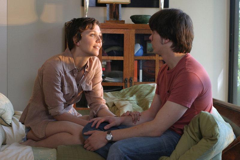 Die hübsche Sängerin Jude (Maggie Gyllenhaal, l.) sorgt bei dem Musiker Otis (Jason Ritter, r.) für ein Gefühlschaos ... – Bild: 2005 Lions Gate Films, Inc. All Rights Reserved. Lizenzbild frei