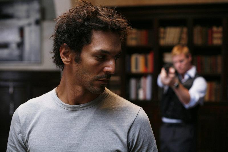 Steven Marcus (Steven Waddington, hinten), Sicherheitschef der Winch-Gruppe, versucht, Largo (Tomer Sisleym, vorne) zu töten. – Bild: ZDF und Thomas Brémond