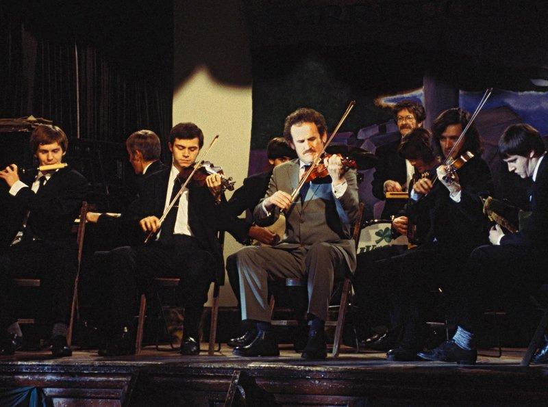 Jimmy (Colm Meaney, Mitte) tritt mit seiner Band beim großen Dubliner Ceilidh-Wettbewerb auf. – Bild: BR/ARD Degeto