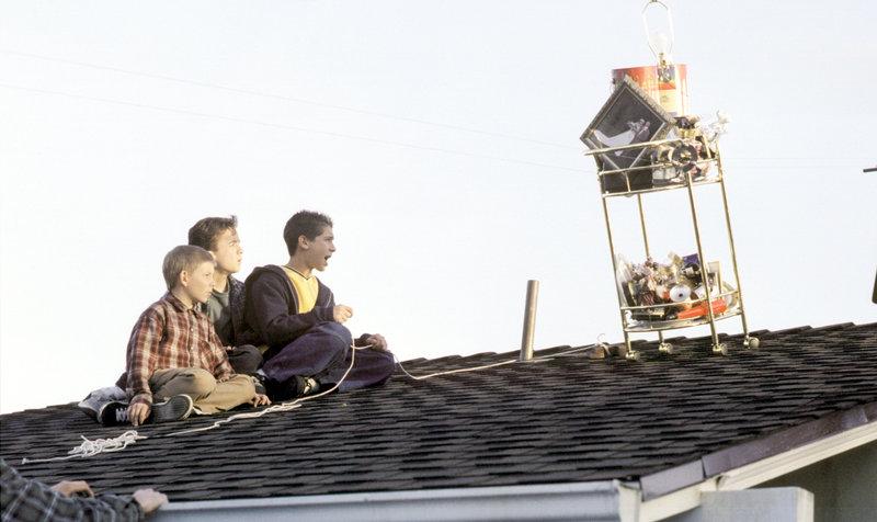Dewey (Erik Per Sullivan, li.), Malcolm (Frankie Muniz, mi.) und Reese (Justin Berfield) bereiten ihren nächsten Streich vor. – Bild: ORF eins