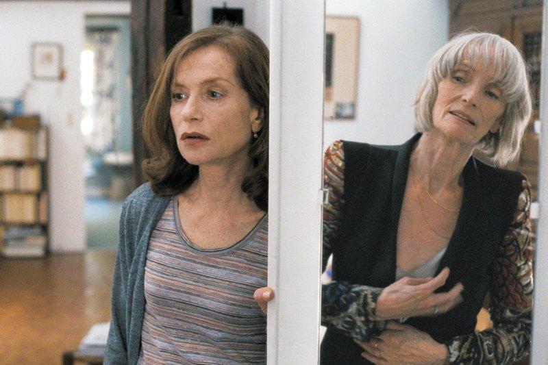 Nathalie (Isabelle Huppert, li.) verbringt gezwungenermaßen viel Zeit mit ihrer depressiven und vor allem sehr besitzergreifenden Mutter (Edith Scob, re.). – Bild: ARTE France