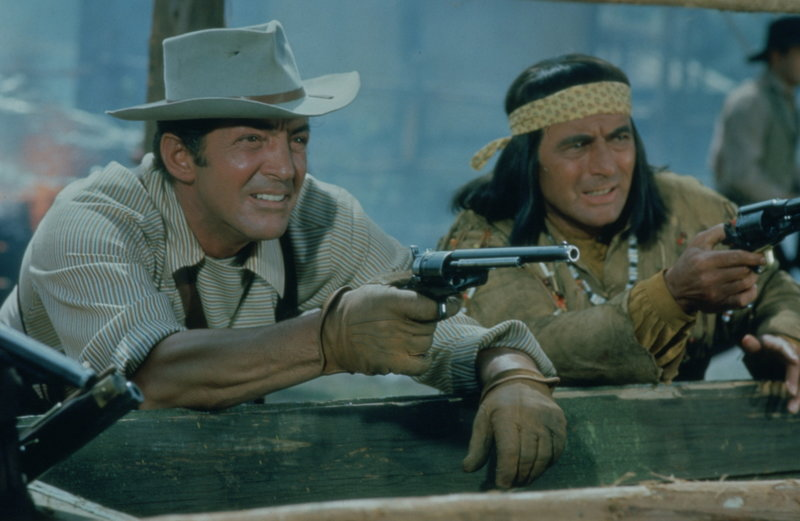 Abenteurer Sam Hollis (Dean Martin, l.) will mit seinem indianischen Kumpel Kronk (Joey Bishop, r.) einen Waffentransport durch das Gebiet der Comanchen führen. Ein gefährliches Unternehmen nimmt seinen Lauf ... – Bild: NBCUniversal ALL RIGHTS RESERVED. Lizenzbild frei