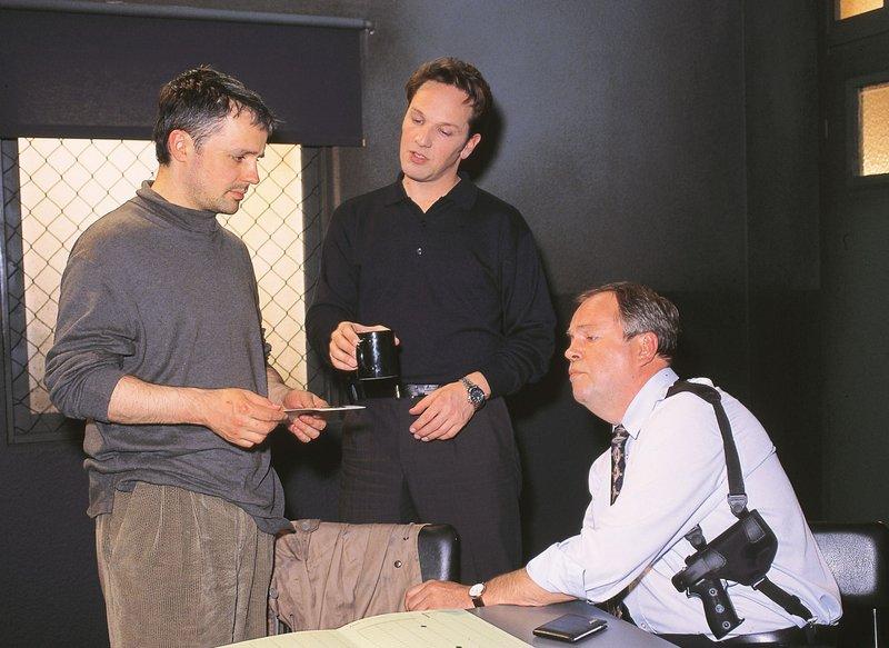 Axel Fischer (Rene Hofschneider, l.) wird von den Kommissaren Kehler (Wolfgang Bathke, r.) und Bongartz (Max Gertsch) zum Tathergang seiner eigenen Entführung vernommen. – Bild: RTLplus