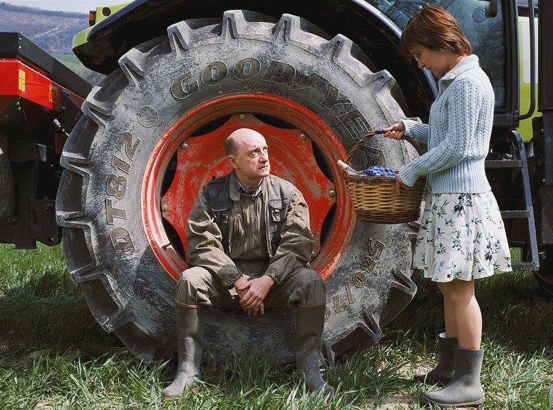 """Allmählich gelingt es der charmanten Elena (Medeea Marinescu), Aymes (Michael Blanc) raue Schale zu durchbrechen. – Bild: """"ARD Degeto"""" (S2),"""