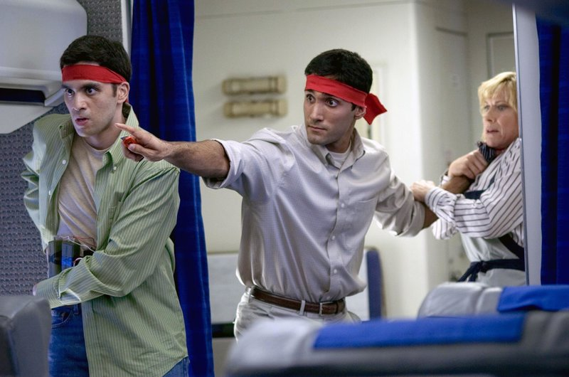 Die Terroristen des Flugs 93 Ahmed Alnami (Asim Wali, l.) und Amin Nazemzadeh (Dominic Rains) bedrohen die Geiseln mit einer um den Bauch geschnürten Bombe. – Bild: Nitro