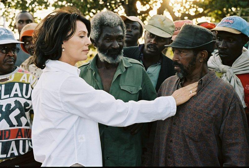 Nina Vandenberg (Iris Berben) verschafft sich Respekt bei den Kaffeepflückern auf der Plantage in Kenia. – Bild: Constantin Film