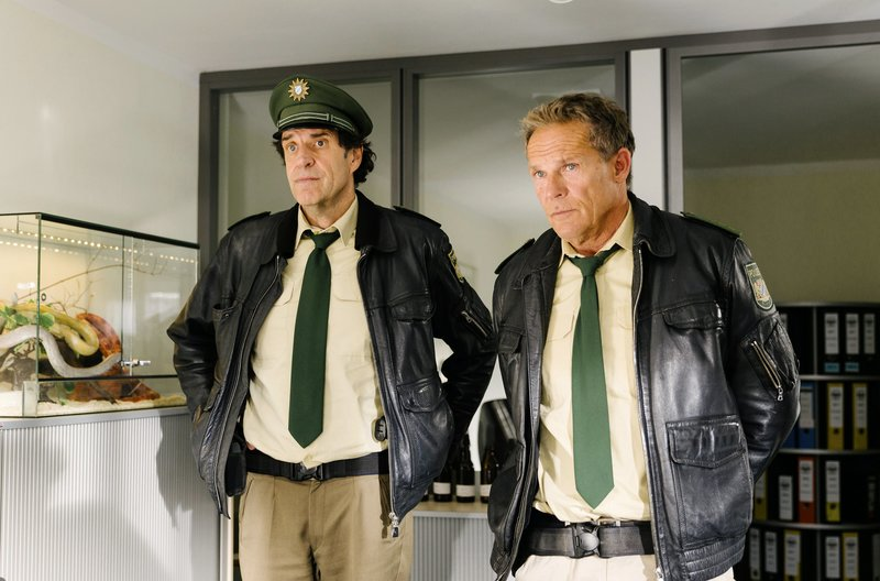 Hubert (Christian Tramitz, rechts) und Staller (Helmfried von Lüttichau) befragen den Bruder des Opfers. – Bild: ARD/BR/TMG/Emanuel Klempa