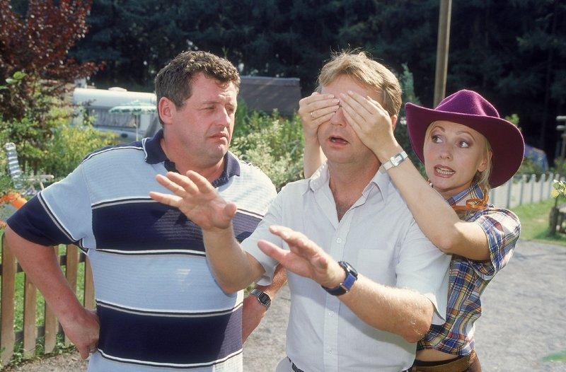 Stefanie (Dana Golombek) hat eine Überraschung für Lothar (Rene Heinersdorff, Mi.). Benno (Willi Thomczyk) ist kritisch - er glaubt nicht, dass Lothar die Überraschung gefällt... – Bild: TVNOW / Frank Dicks