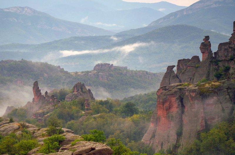 Bis zu 200 Meter sind die roten Sandsteinfelsen von Belogradtschik hoch. Vor Millionen Jahren durch tektonische Bewegungen entstanden, ziehen sich diese Steinformationen über eine Länge von rund 30 Kilometern. – Bild: ZDF / © Docdays Production/S. Klöpper