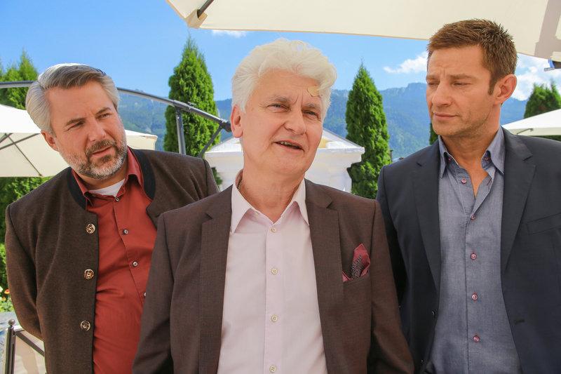 Thomas Vogt, der Manager der Verstorbenen (Alexander Pelz, M.) gerät ins Visier der Kommissare Stadler (Dieter Fischer, l.) und Hansen (Igor Jeftic, r.). – Bild: ZDF und Christian A. Rieger - klick