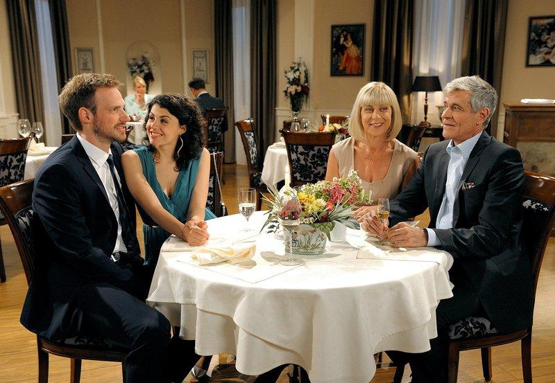Bei einem gemeinsamen Abendessen mit Charlotte (Mona Seefried, 2.v.r.), bietet Friedrich (Dietrich Adam, r.) Leonard (Christian Feist, l.) und Pauline (Liza Tzschirner, 2.v.l.) an, in die Saalfeld-Wohnung zu ziehen. – Bild: ORF 2