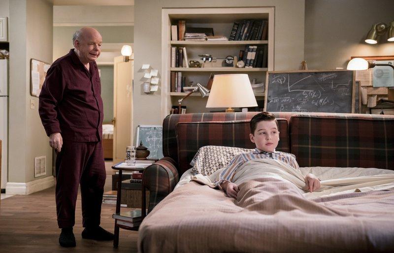 """""""Young Sheldon"""", """"Das Traumergebnis, der Probelauf und die Feuerwehr."""" Sheldon hat beim Voraufnahmetest fürs College 100% erreicht. Es sind sogar schon Angebote für Colleges eingegangen. Doch Mary findet, dass ihr kleiner 'Shelly' noch viel zu jung dafür ist. Aber Sheldon ist von der Idee aufs College zu gehen und seinen Geist zu bilden, ganz begeistert. Also wird ein Probewohnen bei Dr. Sturgis am Campus der Universität vereinbart. Mary vermisst ihren Sohn furchtbar!Im Bild (v.li.): Wallace Shawn (Dr. John Sturgis), Iain Armitage (Sheldon Cooper). – Bild: 2018 WBEI. All rights reserved. / Michael Desmond Lizenzbild frei"""