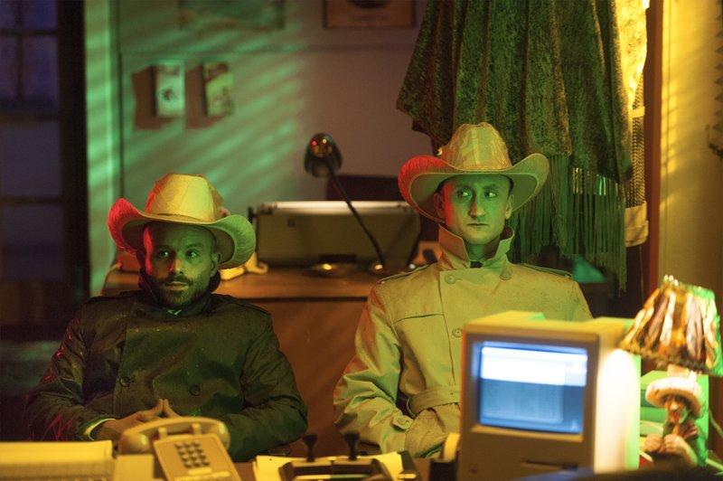 L-R: Anatol Yusef as DeBlanc, Tom Brooke as Fiore. – Bild: 2016 Sony Pictures Television Inc. and AMC Film Holding LLC. © Universal TV Photocredit Mandatory