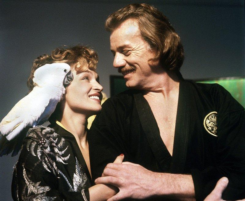 Es sieht ganz so aus, als ob Ann Silenski (Angelika Bartsch) und Sektenführer Gassmann (Franz Buchrieser) mehr verbindet als nur die Religion. – Bild: WDR
