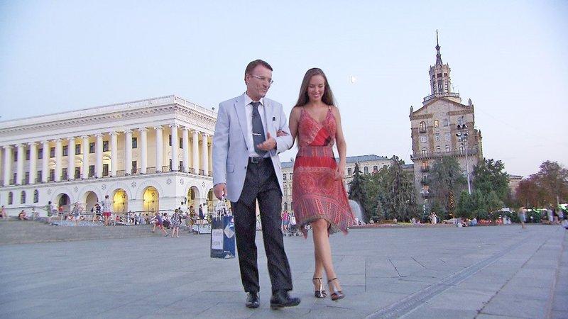 """Walther lädt die 30-jährige Aliona zu einem Tangokurs ein. Dabei will er die """"Aura"""" der hübschen Ukrainerin entdecken und sie so für sich gewinnen... – Bild: RTL II"""