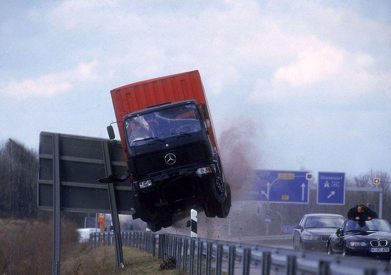 Ein LKW, beladen mit Drogen, wird von der Straße abgedrängt. – Bild: RTL Crime