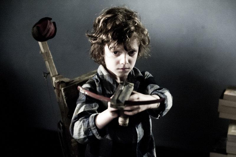Der kleine Samuel (Noah Wiseman) baut sich aufgrund seiner schlimmen Träume Waffen. – Bild: TL5