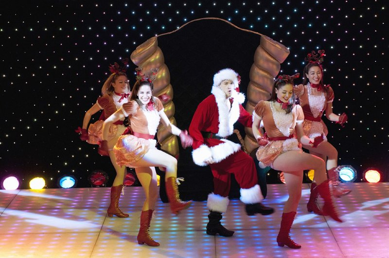 David (Nick Zano, M.) legt sich beim Santa-Casting mächtig ins Zeug. – Bild: RTL / © ABC Family