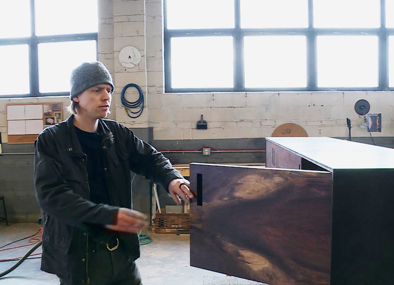 """Möbeldesigner Patrick Weder in seiner Werkstatt - für ihn """"ein heiliger Ort"""". Hier entstehen seine kreativen Möbel – Bild: 3sat"""