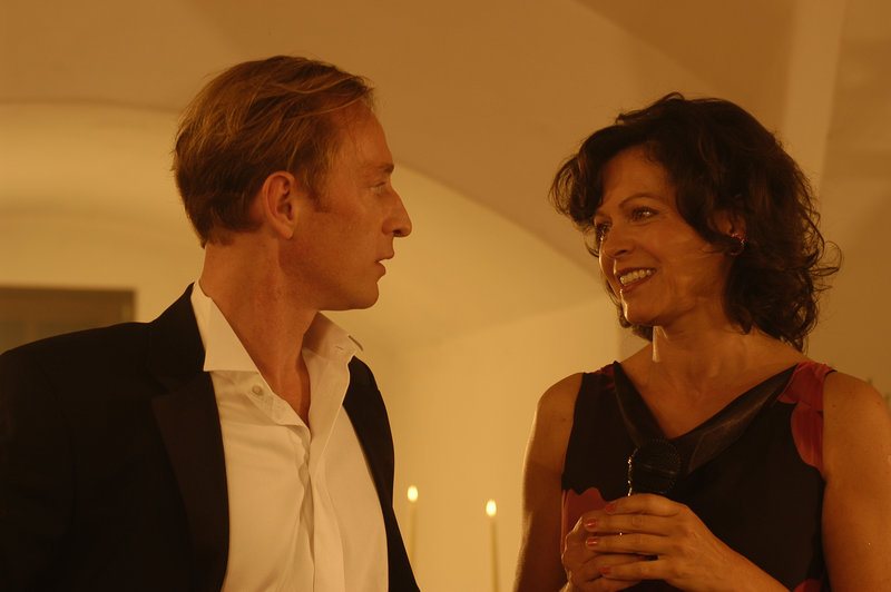 Die Sängerin Doris Widmann (Angela Roy) und deren Pianist Lackner (Wilfried Hochholdinger) sind ein sehr streitbares Duo. – Bild: ZDF und Marco Orlando Pichler