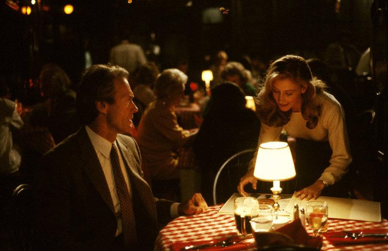 Harry Callahan (Clint Eastwood, l.); Samantha Walker (Patricia Clarkson, r.) – Bild: Puls 4