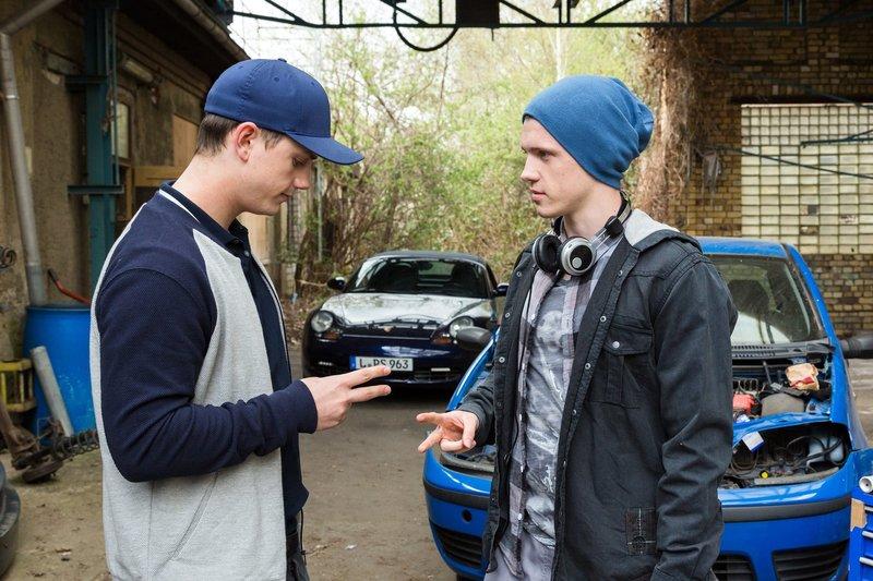 Jonas (Lennart Betzgen, rechts) und sein Freund Leon (David Schlichter, links) planen ein illegales Autorennen. Wer das Auto fahren darf, wird gerade ausgelost. – Bild: ARD/BR/Steffen Junghans
