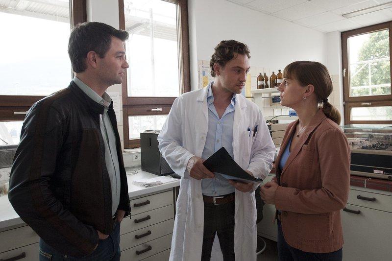 v.l.n.r.: Lukas Roither (Jakob Seeböck), Andreas Klinger (Leander Lichti) und Karin Kofler (Kristina Sprenger) – Bild: ZDF und Stefanie Leo
