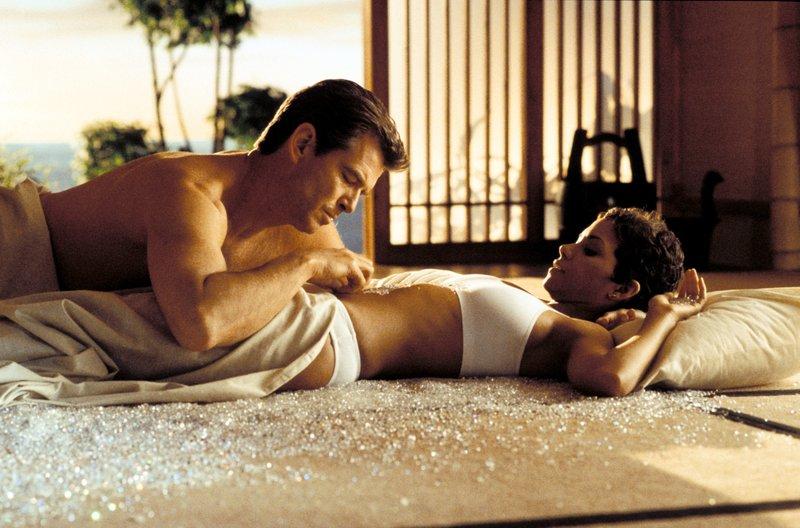 Pierce Brosnan (James Bond), Halle Berry (Jinx). – Bild: ORF 1