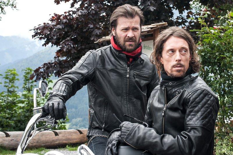 """""""Soko Kitzbühel"""", """"Firestarter."""" Die berüchtigte Motorrad-Gang """"Firestarter"""" ist auf Durchreise in Kitzbühel. Bei der Gelegenheit beehren Boss Ingo Kruse und seine Jungs und Mädels auch die Pochlarner Stuben, um Hannes' berühmtes Chili zu essen. Auf der Weiterfahrt kommt Neo-Mitglied Thomas Mertens mit seiner schweren Maschine ins Trudeln, stürzt über einen Abhang und stirbt. Die SOKO findet heraus, dass Mertens vergiftet worden ist. Aber nicht Hannes' Chili hat ihn umgebracht, sondern eine hohe Dosis Schlangengift. Nur: Wie ist das Gift in seinen Körper gelangt? Wer hat überhaupt Zugang zu einem solchen Gift? Und wie ist es um den inneren Zusammenhalt der """"Firestarter"""" bestellt? War Thomas Mertens, der gerade erst die schwierigen Aufnahmekriterien der """"Firestarter"""" erfolgreich erfüllt hatte, vielleicht jemandem ein Dorn im Auge?Im Bild (v.li.): Timo Hübsch (Xaver Mohler), Michael Pink (Ingo Kruse). – Bild: ORF eins"""