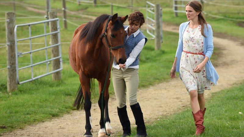 Sigrid Lederer (Sophie Engert, r.) hat das Pferd von Agathe Schneider (Sylvana Krappatsch, l.) zurückgebracht. – Bild: ARD/Barbara Bauriedl