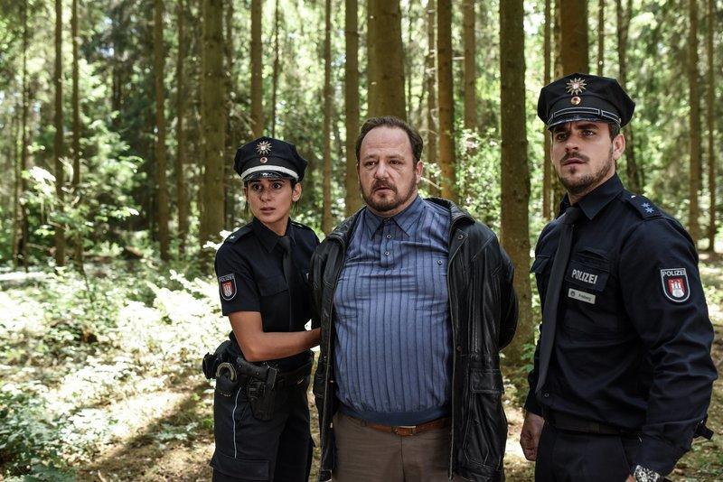 Während Pinar (Aybi Era) und Kris (Marc Barthel, r.) Uwe Fleischer (Andreas Anke, M.) festnehmen, ist es dessen Sohn Hermann gelungen, mit einer geladenen Waffe zu flüchten. – Bild: ZDF und Marion von der Mehden.