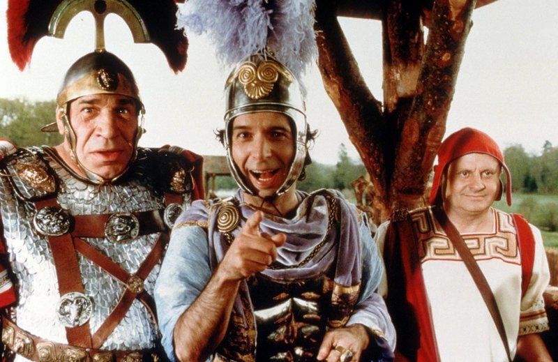 Noch lachen sie, der tumbe Caius Bonus (Jean-Pierre Castaldi, l.) und der wahnsinnige Tullius Destructivus (Roberto Benigni, mi.) - doch gleich gibt's was auf die Mütze. – Bild: ORF