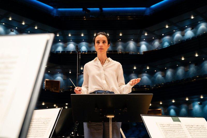 Die junge, aufstrebende Dirigentin Stine Sunström (Stephanie Stumph) kehrt in ihre Heimatstadt zurück, um dort das örtliche Orchester für ein Sommerkonzert zu dirigieren. Dabei läuft nicht alles glatt. – Bild: ZDF und Arvid Uhlig.