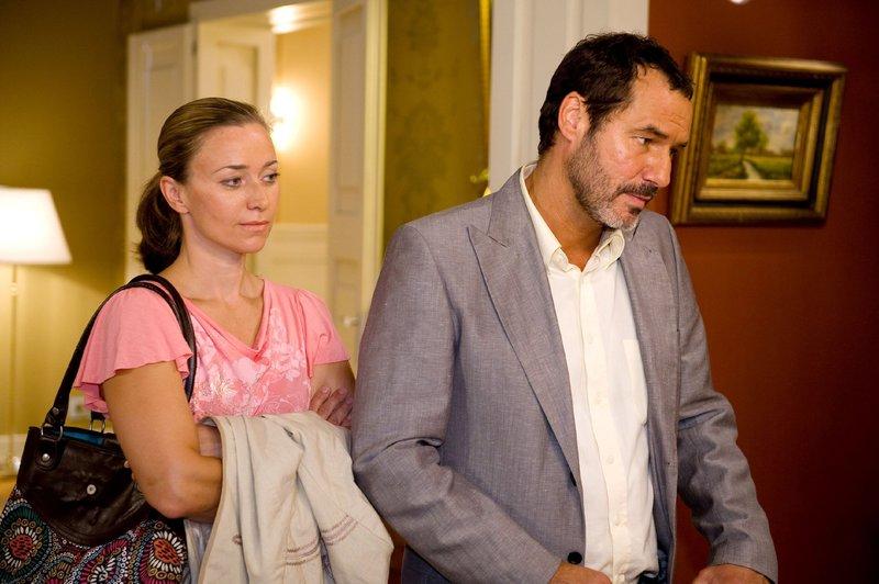 Richard (Silvan-Pierre Leirich) verabschiedet sich von seiner Familie verlässt mit Nadja (Birgit Würz) die Villa. – Bild: TVNOW / Willi Weber